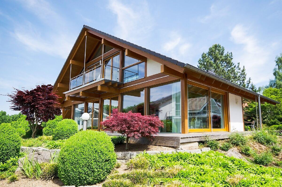 Modernes Holzhaus mit Glasfassade